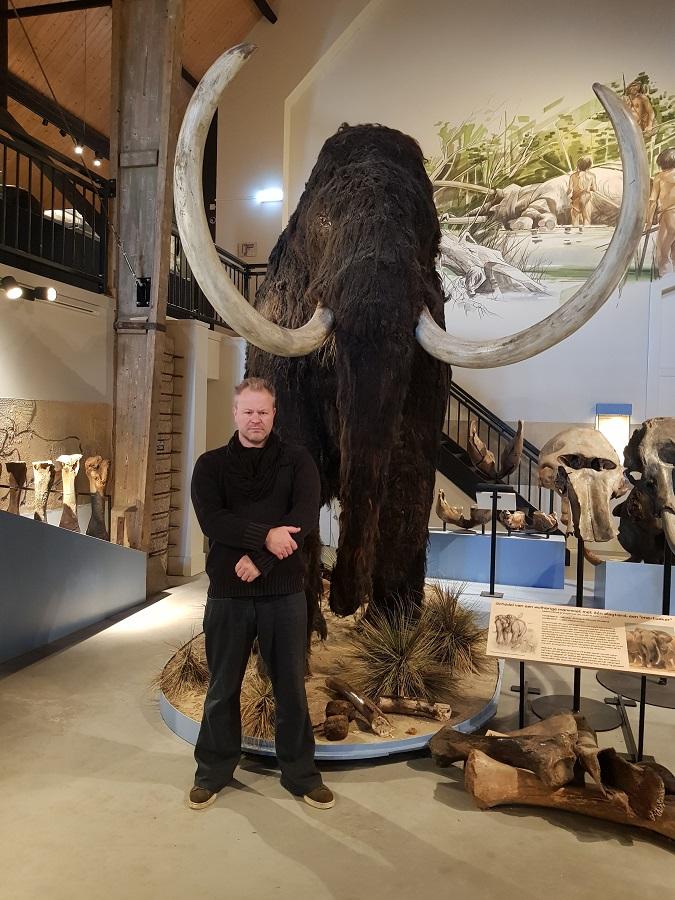 Bekend beeldhouwer Jaap Roos heeft de wolharige mammoet gereconstrueerd onder begeleiding van bekende paleontoloog Dick Mol